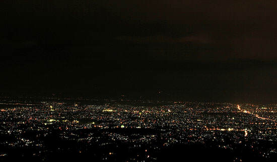 Menikmati Cahaya Lampu Kota Dari Atas Ketinggian Moko